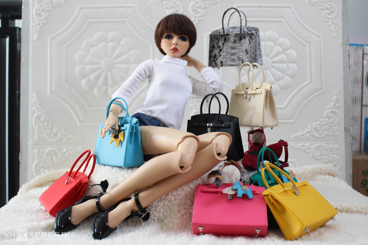 The bags' sizes, 2.5 - 10 cm long, depend on the sizes of the dolls, and sell typically for VND250,000 - 500,000. Doan can make six simply styled bags with prepared materials a day. While making more complex ones takes more time, it is a challenge that Doan enjoys.