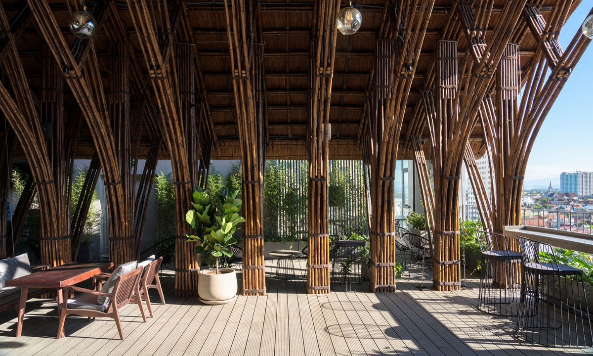 The 687-meter-square cafe was constructed with bamboo. According to architect Vo Trong Nghia, bamboo is easy to access in this tropical climate, helping them reduce construction time and budget while creating a distinctive look for the cafe.