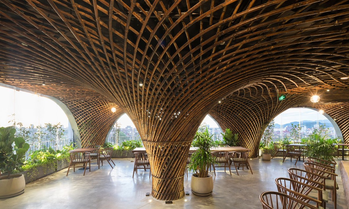 The ceiling is also covered with bamboo, so pedestrians can recognize the space even when they are in the street. There are 10 bamboo columns to hide the existing structure and 4 additional ones dividing the cafe into different spaces.