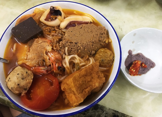 A full portion of the delicious vermicelli dish with shrimp paste and fresh chilli on the side. Photo by VnExpress/Vi Yen.