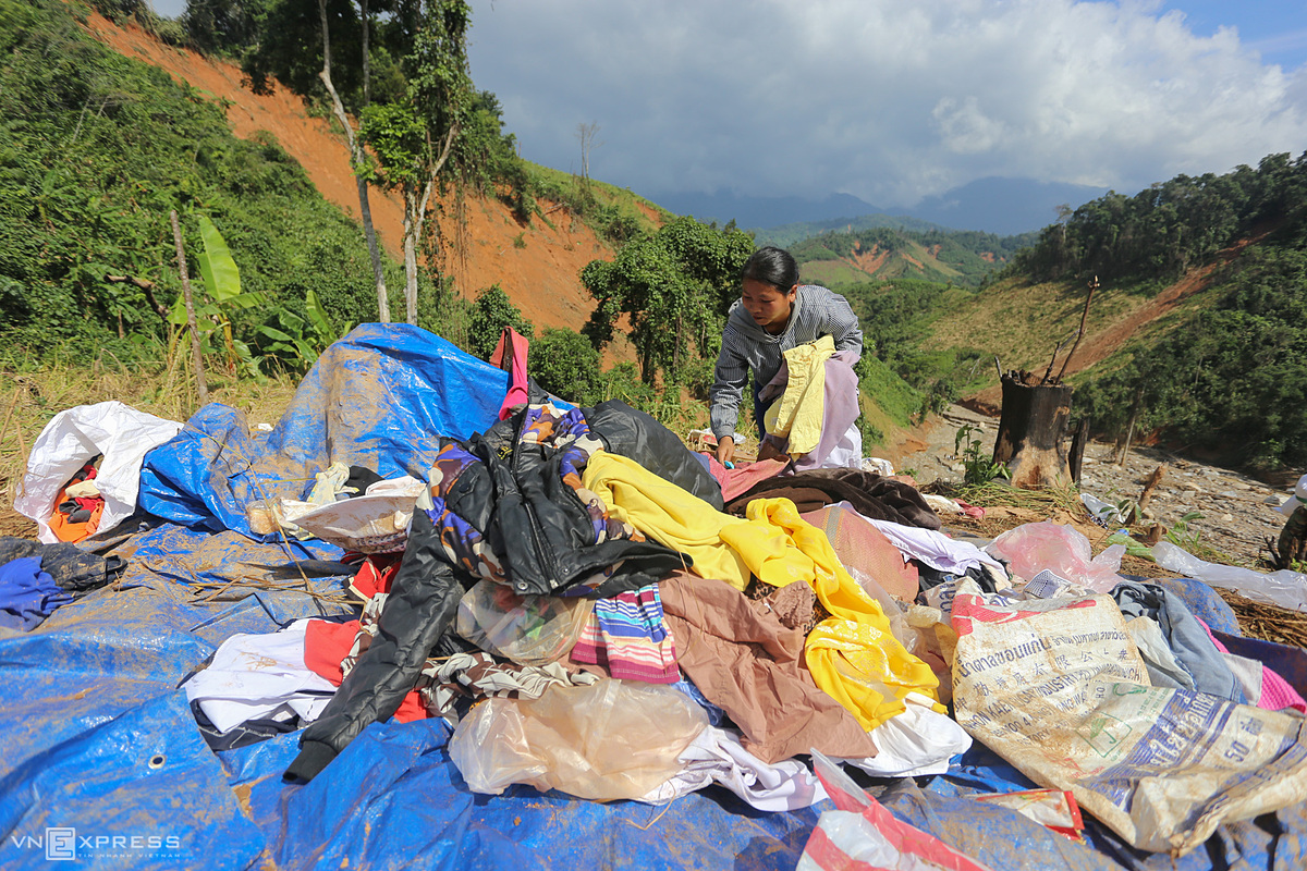 =Ho Thi Van, a resident of Phuoc Thanh Commune, enlisted to get more clothes for her three children. My house was swept away by flash floods, so there is nothing left, she said.