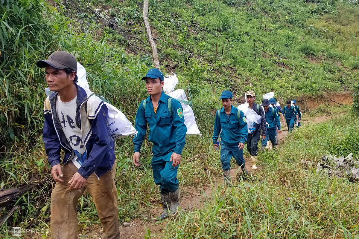 From Phuoc Kim to Phuoc Thanh Commune, each has to walk for 15 kilometers via forest paths. Healthy people are able to carry 60 kg while weak people carry 25 kg.