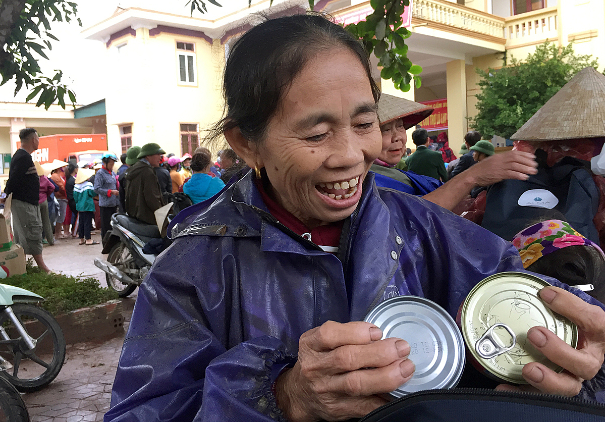 Nguyen Thi Lan hold the canned food she receive from the Hope Foundation. Photo by VnExpress/Phan Duong