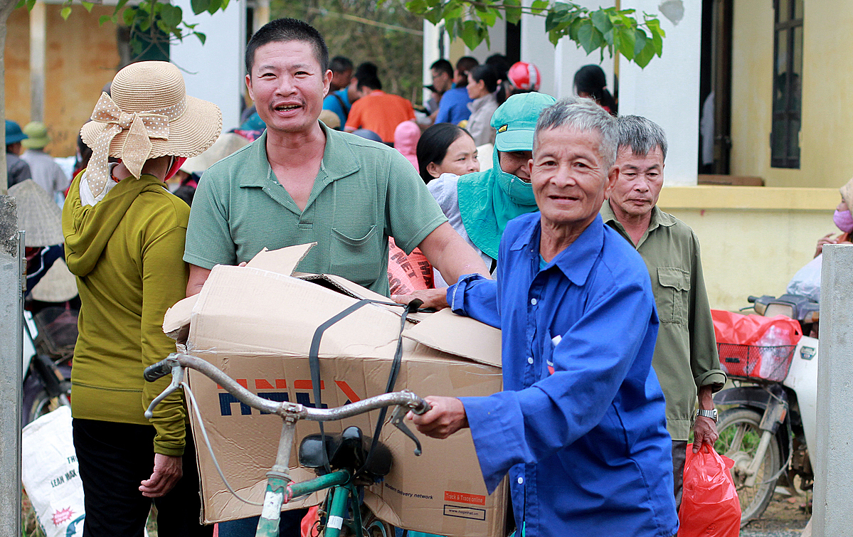 Local people in Quang Binh Province carry gifts from the Hope Foundation home. Photo by VnExpress/Phan Duong