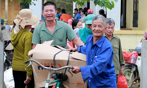 VnExpress Hope Foundation distributes over 2,000 aid packages to flood-hit communities