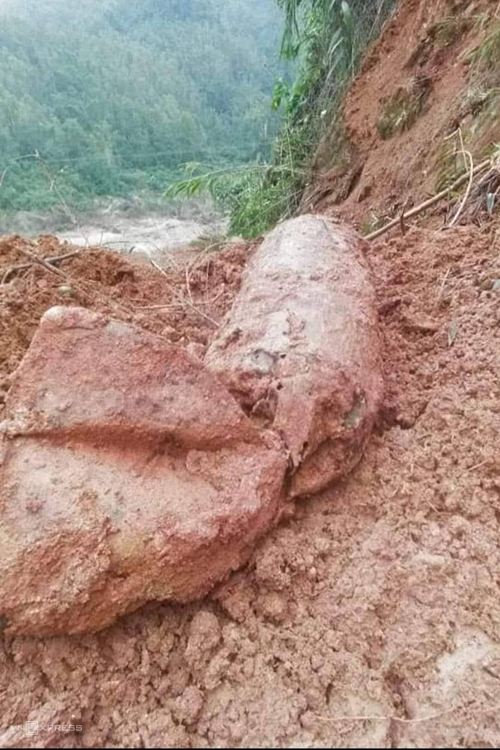 A bomb weighing 300 kg is unearthed after flooding on Highway 9B in Quang Binh Province, November 4, 2020. Photo by VnExpress/Quang Ha.