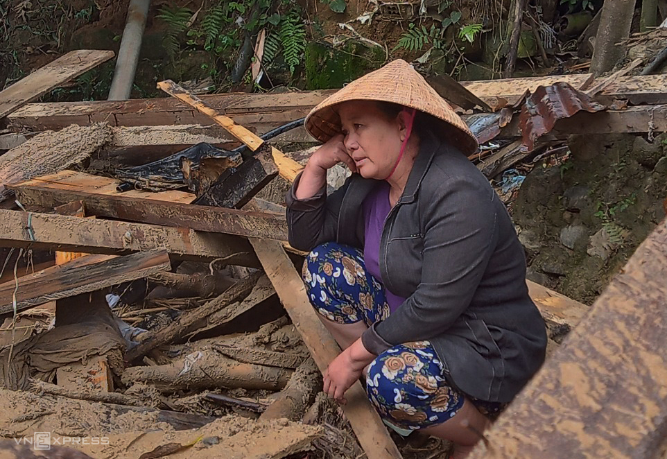 Nguyen Thi Le sits on what used to be her house in Quang Nams Dai Loc District. Photo by VnExpress/Dac Thanh