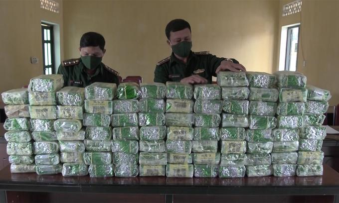 Smugglers flee, leaving behind 100 kg of meth in Nghe An