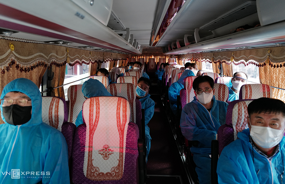 On Friday, Hoan Kiem Districts Medical Center receive a group of 20 South Korean experts who came to Vietnam to work. After landing at Noi Bai Airport, a bus carries them to a hotel on Hang Bong Street where these experts voluntarily signed up to be quarantined for 14 days as per the health ministrys protocol.  Generally, people fly into the country on either humanitarian or commercial flights. The former will be quarantined at military-run centralized facilities for VND120,000 ($5) a day; and the latter have to register specific addresses and bookings in designated hotels before boarding flights to Vietnam.