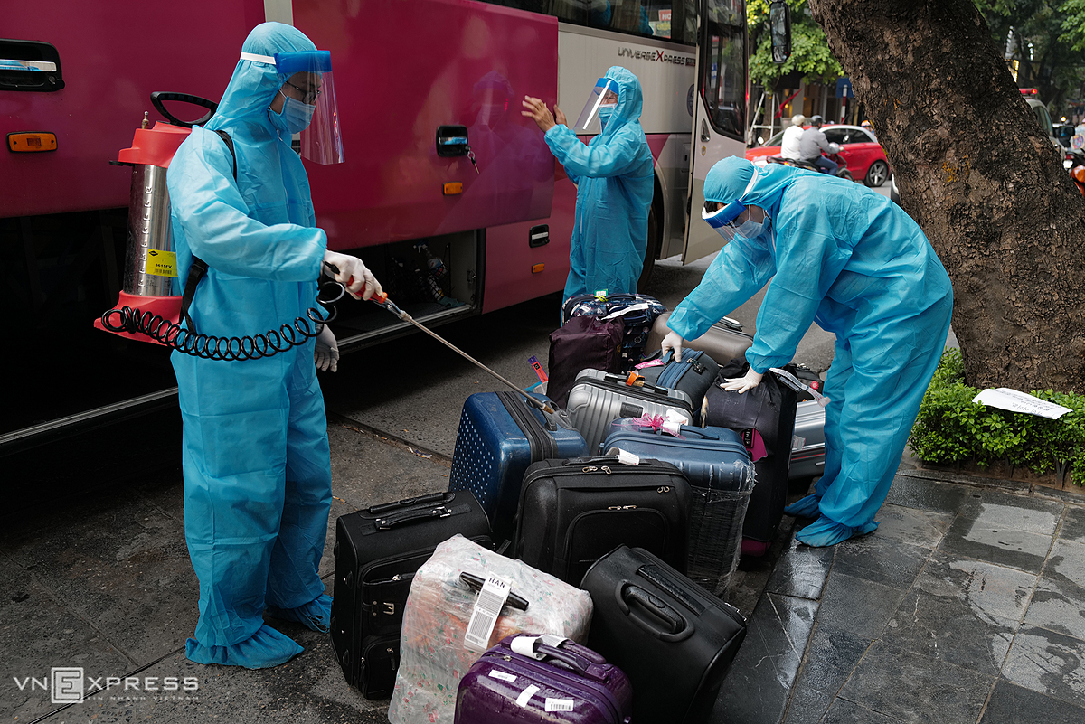 Medical staff of Hoan Kiem District spraye and disinfect all luggage of South Korean experts to prevent the spread of Covid-19.