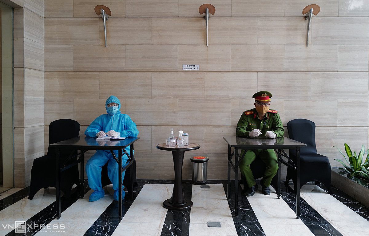 At the hotel lobby, local police and medical staff are on duty 24/24 to ensure security and troubleshooting. During the 14 days, quarantined guests have their samples twice and are not allowed to moving out of the hotel.