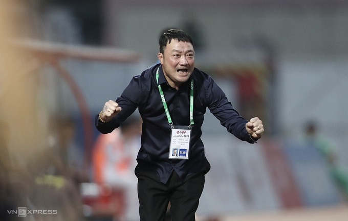 Viettel FC head coach Truong Viet Hoang celebrates after his clubs title victory in November 9, 2020. Photo by VnExpress/Duc Dong.