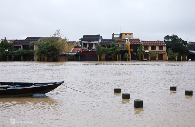 Cong Nu Ngoc Hoa Street in Hoi An is nearly one meter under water, November 11, 2020. Photo by VnExpress/Nguyen Phan.
