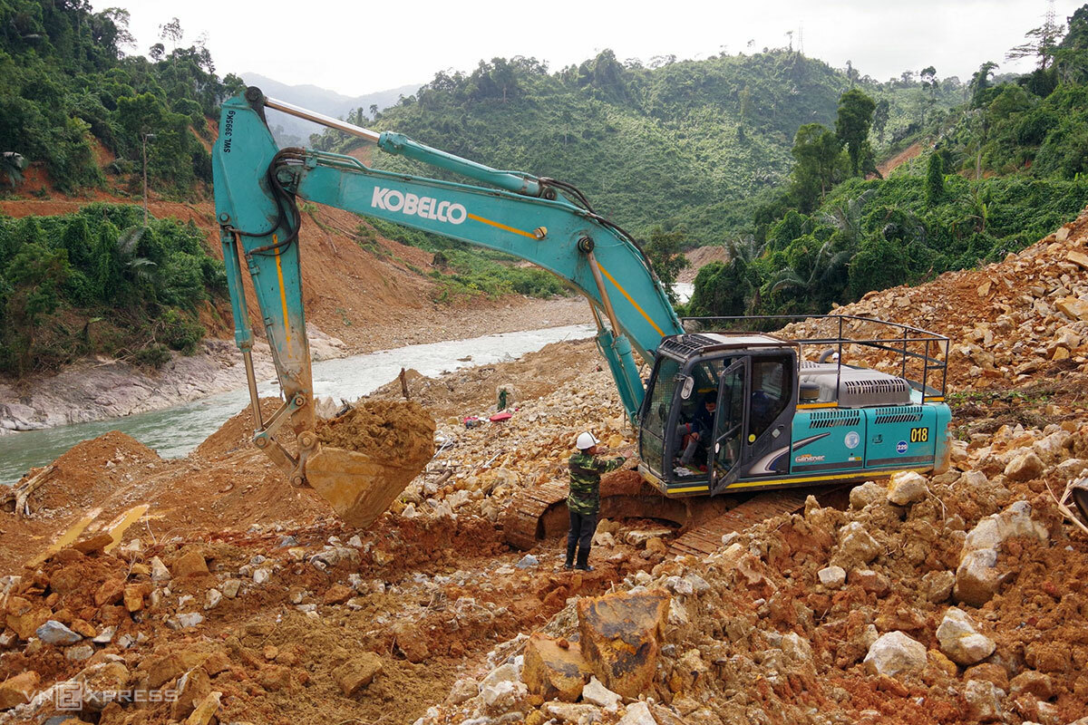 Task forces use a excavator to look for workers buried in a landslide at Rao Trang 3 hydropower plant in central Thua Thien-Hue Province, October 2020. Photo by VnExpress/Vo Thanh