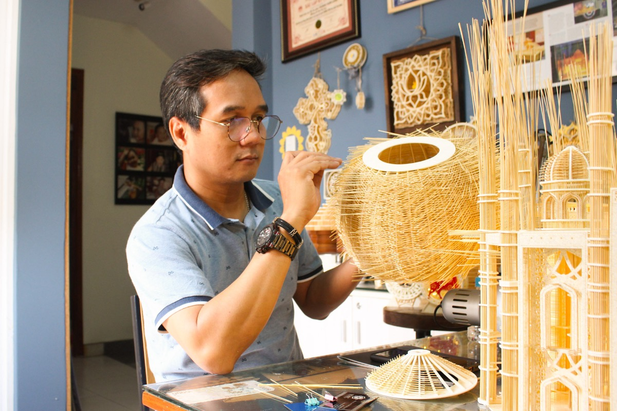 Hoang Tuan Long, 46, has pursued his hobby of collecting building replicas for years. In 2012, he started making replicas on his own by combining materials such as strings and pieces of formex, but did not succeed. Four years later, he found out that toothpick (made of a kind of bamboo) and mica were perfect materials to make replicas. Since then, he has made several building replicas such as the One Pillar Pagoda in Hanoi, the White House, Big Ben... Earlier this year, the World Records Union (Worldking) recognized Long as the person making the most replicas from toothpick and mica.