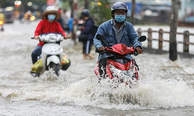 Saigon braces for heavy flooding by river tides