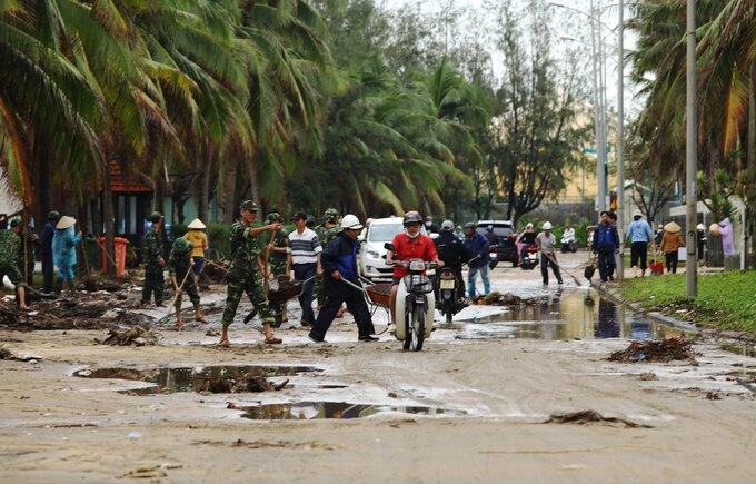 Soldiers and residents in Quang Nam Province started cleaning up roads at 10 a.m.