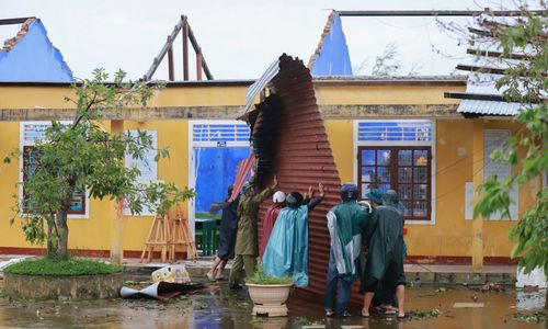 Storm Vamco strikes central Vietnam