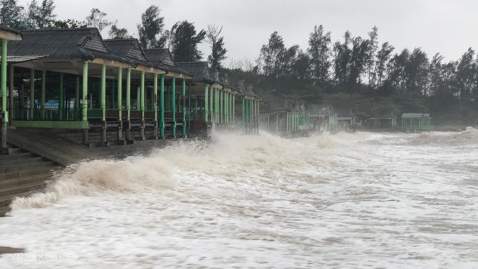 Strong waves pounded the residents properties at 9:30 a.m. in Vinh Linh District, Quang Tri Province.