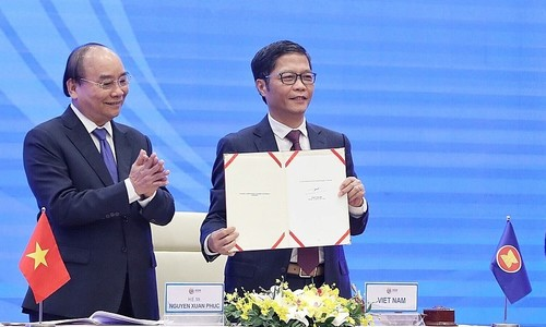 Vietnam inks world's largest trade pact RCEP