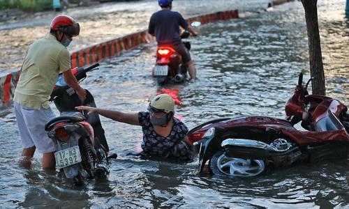 River tides rise high, flood Saigon streets