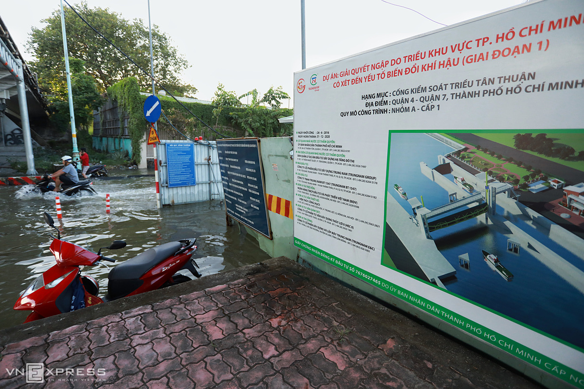 The area of under-construction tide-control sewer system project at the corner of Truong Dinh Hoi Street was also heavily flooded. Work on the project started in June 2016 and is scheduled to be completed at the end of December this year. Once completed, the sewer system will prevent tides from the Saigon River pouring into Te, Doi and Tau Hu - Ben Nghe canals, as well as mitigate flooding for people in districts 4, 7 and 8.