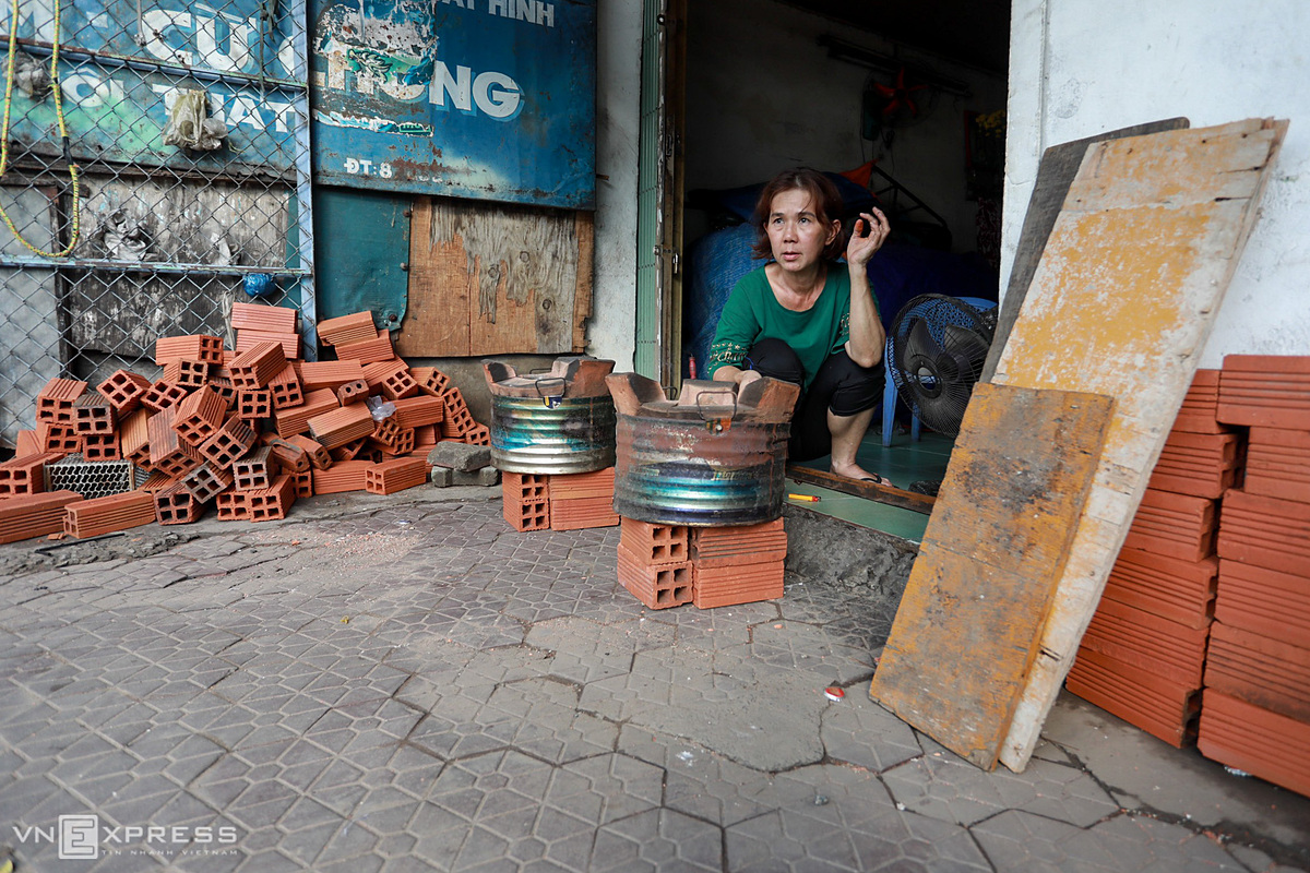 Ha Thi Nguyet Thuy, owner of a food stall in Tan Thuan Tay Ward (District 7), built the oven with two layers of bricks to avoid water. She said that over the past two days at about 3 a.m., the whole family woke up because the water flooded into the house and there was no ways to sleep.
