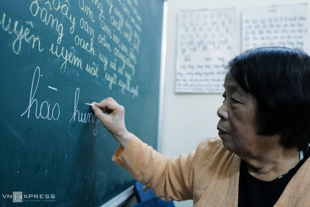 The classroom is filled with a board and posters of the Vietnamese alphabet and syllables. Coi divides the board into three parts: the left column is for the letters in the alphabet, the right one is for the Vietnamese rhymes and a small corner for questions from her students, which will be answered later.In this class, some students cannot remember letter 't' after three months, so I have to keep the letters and rhymes on the board, then they can see them all the time, Coi explains.