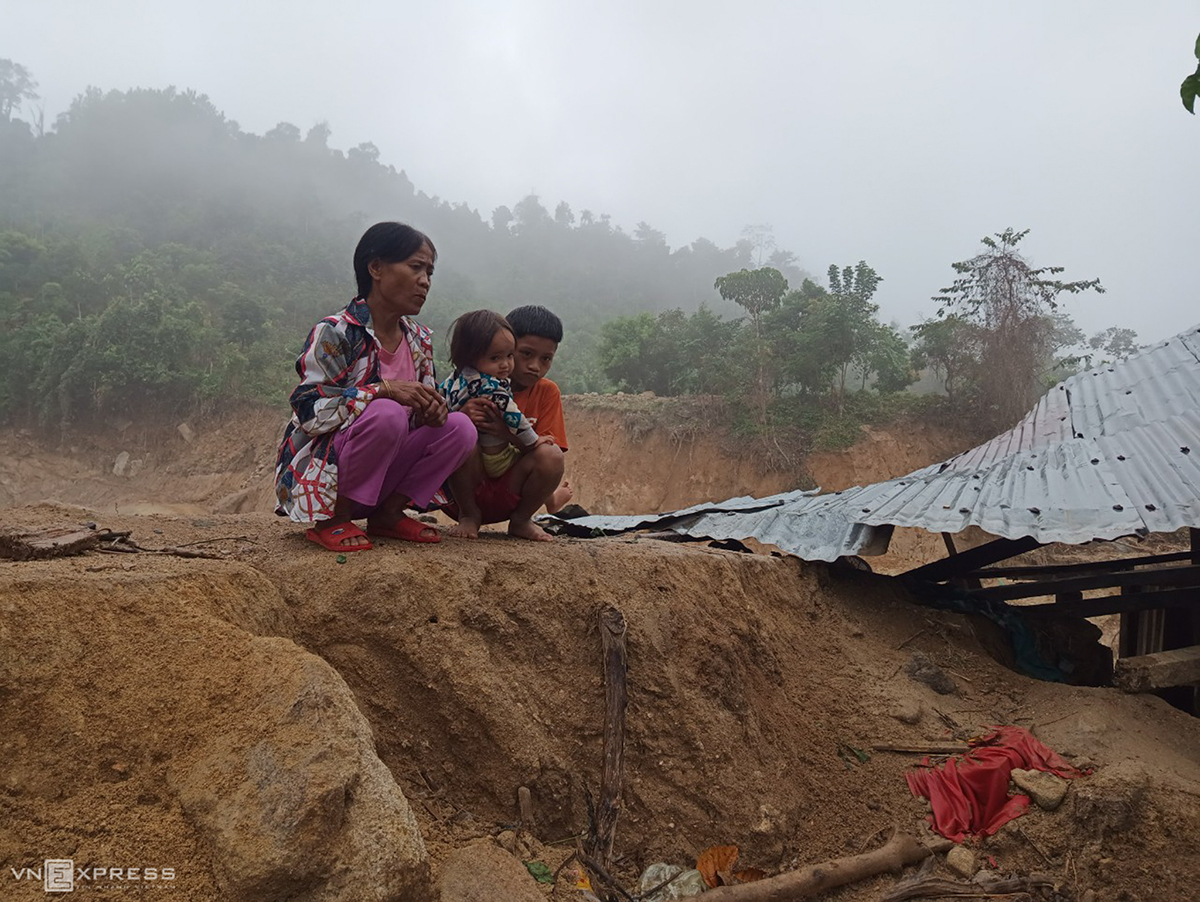 Ho Thi Kien sits with her two children as she looks down on what used to be their house and has now been buried five meters under soil and rocks. My house and all of our belongings and assets have either been swept away by flash floods or buried by landslide. Now we are left completely empty-handed. For days we have been relying on relatives, she said. On October 28, Molave landed in Vietnam as one of the most powerful storms that has ever hit the country in 20 years, bringing along with it torrential downpours which led to flash floods and landslides in central Vietnam. One of such landslides buried 39 houses, a school and traffic infrastructure in Phuoc Thanh Commune of Quang Nam's Phuoc Son District. It was lucky enough that all residents have been moved out of the hit area before the storm landed and there were no human fatalities.