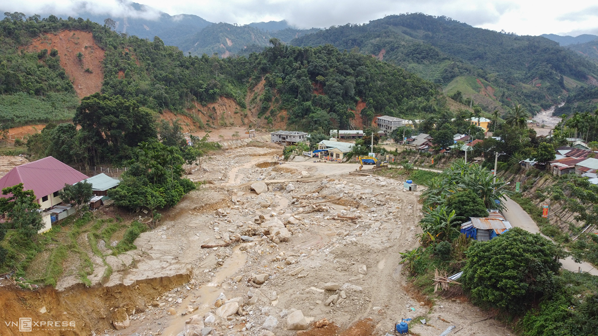 A residential area is flattened by landslide. The entire commune has been completely isolated after the storm and it was not until Tuesday that task forces had been able to clear the way to connect it with the outside world.t
