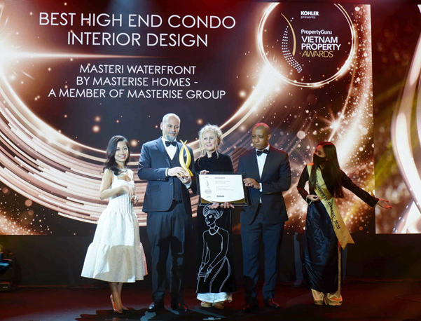 Youssef Akila, Head of Design, Masterise Homes representative (second from left) received the design award for the Masteri Waterfront project.