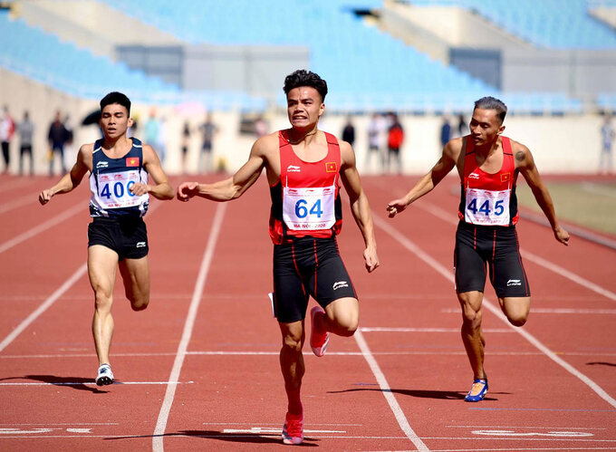 Ngan Ngoc Nghia (C) finishes first in the 100m mens category of the National Athletics Championship 2020. Photo by VnExpress/Kim Hoa.