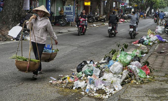 Hanoi trash collectors raise stench over salary delay