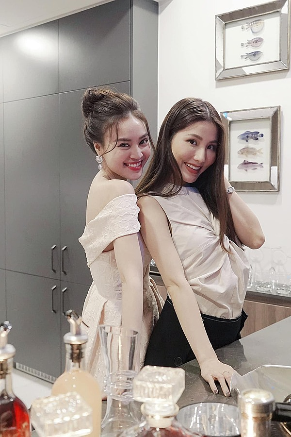 Actress Ninh Duong Lan Ngoc (L) wears a beige dress, standing next to her colleague Diem My, who also opts for a shirt in beige.The trend of beige outfits has proved to be such a hit since the spring/summer 2019 fashion shows worldwide. According to many fashion lovers, the neutral tones of beige will never go out of style and can remain a staple in wardrobes for seasons to come. Photo courtesy of Ninh Duong Lan Ngoc.
