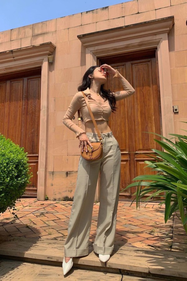 Singer Chi Pu never misses a single fashion trend. She chooses relaxed pants with a crop top in different shades of beige for her autumn look. Photo courtesy of Chi Pu.
