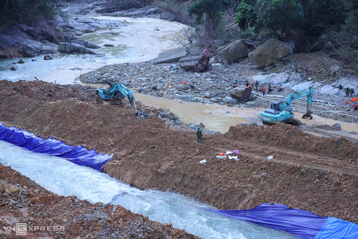 More than 200 police officers and soldiers have taken part in an operation to look for 11 construction workers of the Rao Trang 3 hydropower plant that are still left missing after a landslide last month. The plant is built on the Rao Rang River deep in the jungle of Phong Xuan Commune of Thua Thien-Hue's Phong Dien District.