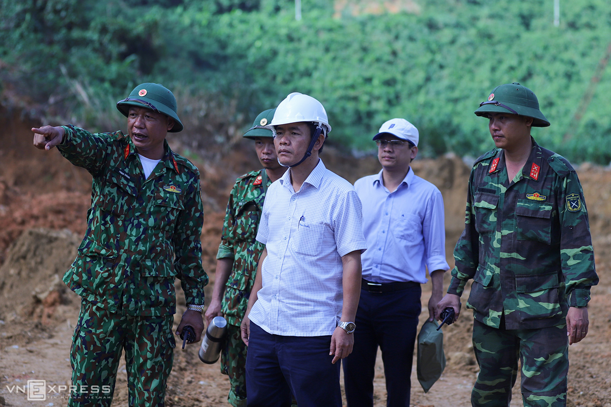 Nguyen Van Phuong, deputy chairman of Thua Thien-Hue (C), is in charge of the searching mission. Following his request, the task force has been focusing their operation on the area in the middle of the Rao Trang River.