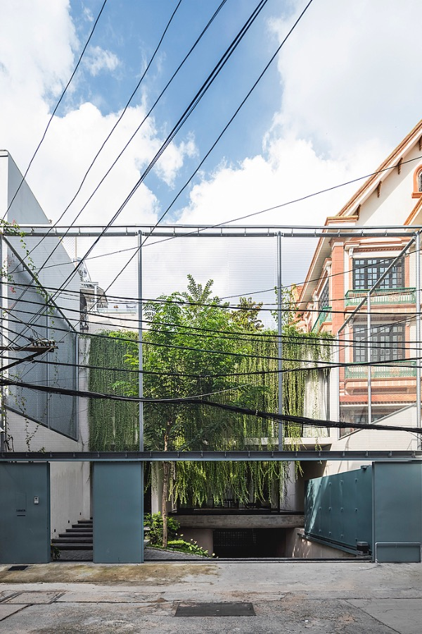 A thin steel layer separates the villa from its outside. In the future, lianas will its plants all over the steel layer and create a natural layer protecting the building.