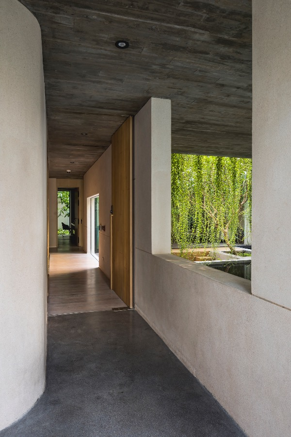 The inside contains many spaces with the intertwine between light and dark, and the raw materials of concrete and stones.