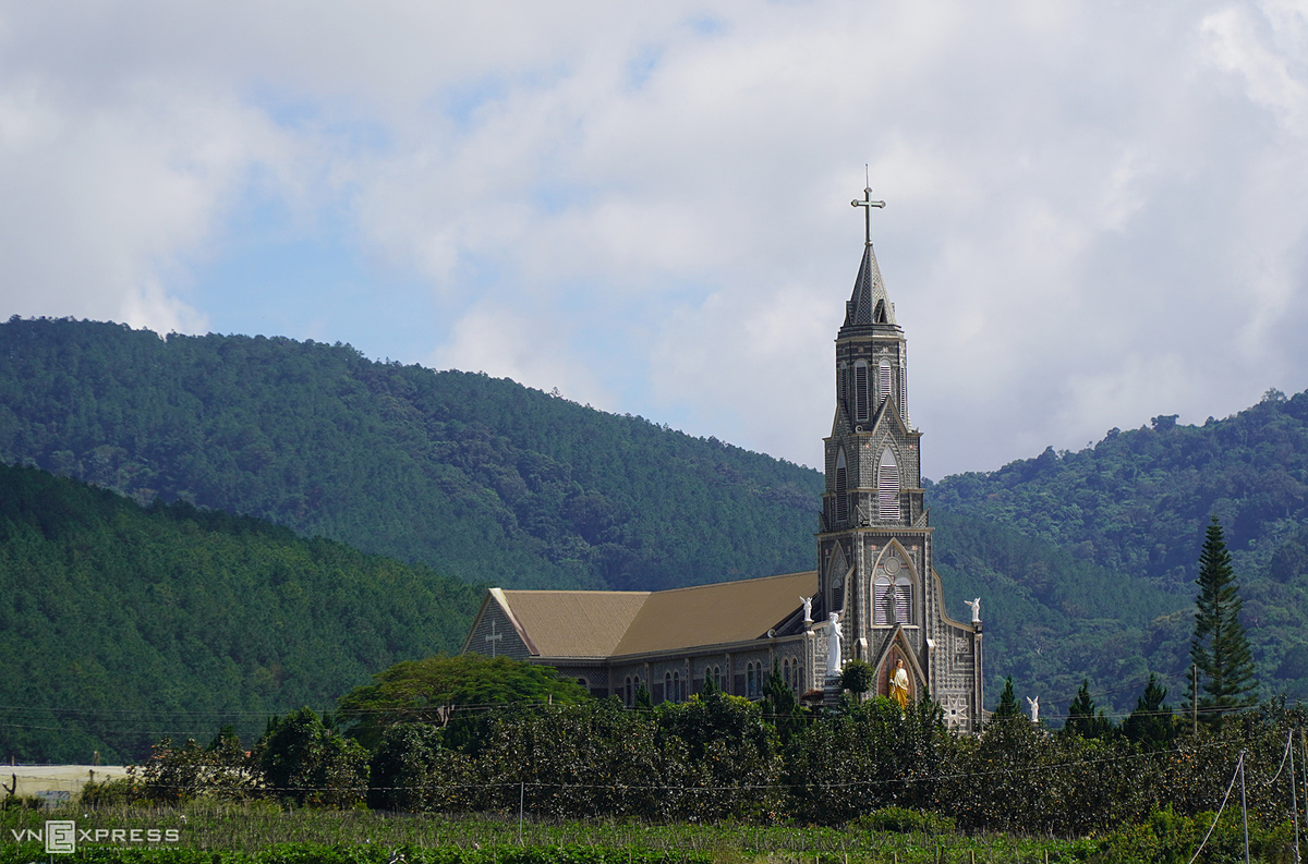 A parish in Don Duong District helps visitors feel the peace of this land after a long journey of discovery. From Dran, tourists can follow National Highway 27 to Phi Nom junction to return to Da Lat or down Ngoan Muc Pass to explore Ninh Thuan, home to many beach resort destinations.