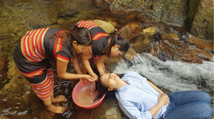 The head washing with forest locusts (bo ket) service attracts travelers in A Nor village.