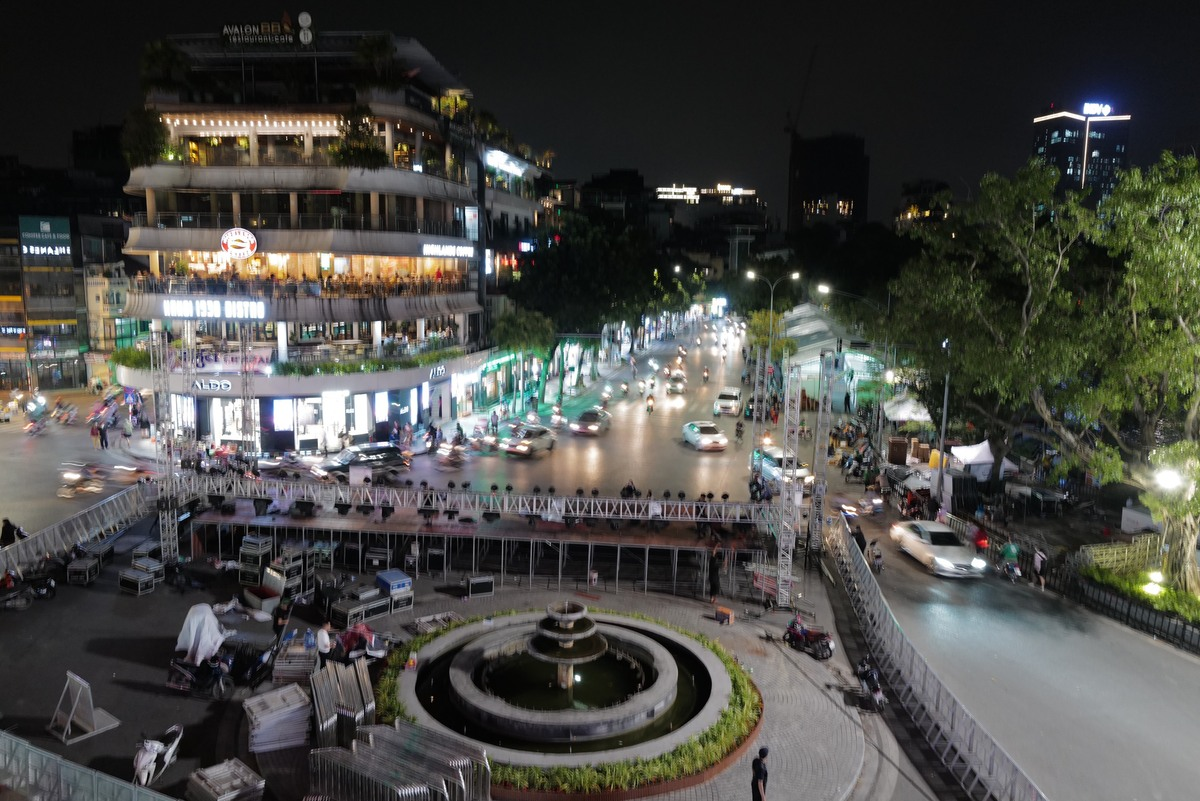 Stage was set up at the Dong Kinh Nghia Thuc Square, part of Hanoi pedestrian zone, on Thursday night for VM Hanoi Midnight, scheduled from November 28 to 29.The race, themed Run to the Light, is the first large-scale night run in the capital.