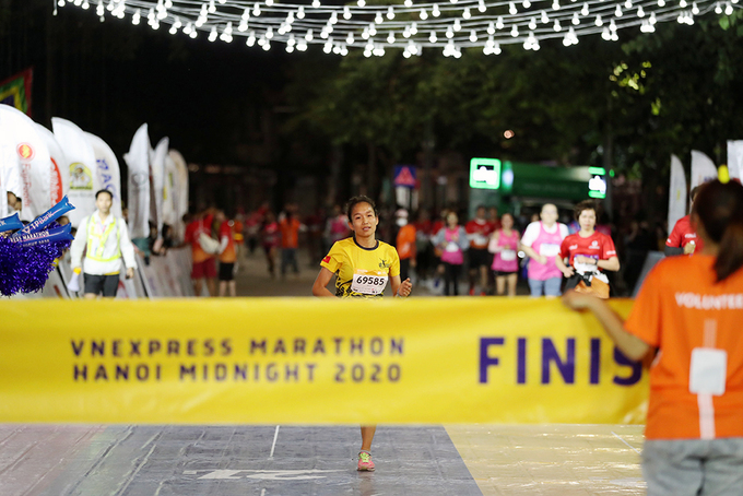 Doan Thu Hang from the northern Thai Binh Province is the first female runner to hit the 10-km courses finish line.