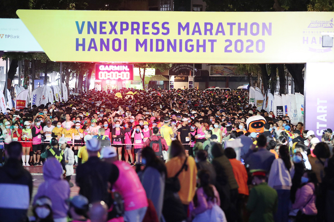 Amid the coldness of Hanois winter, with the temperatures settling at around 16 degrees Celsius, thousands of locals gather at Hanois iconic Hoan Kiem Lake on the night of November 28 to show their encouragement to 5,500 runners at the VnExpress Marathon Hanoi Midnight 2020. Previously, the race inauguration commences at 5 p.m., with many points of sale and kid-friendly activities available to spectators.