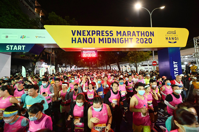 Runners attending the 5 and 10 km courses start running at midnight from Dong Kinh Nghia Thuc Square and finish at the Dinh Tien Hoang and Lo Su intersection, right next to Hoan Kiem Lake. Over the 5-km distance, athletes run pass through Cau Go, Ly Thai To, Ly Thuong Kiet, Nha Chung, Hang Gai, and Luong Van Can before finishing with a lap around the Hoan Kiem Lake. Meanwhile, those running 19 km pass along Ba Dinh Square to Phan Dinh Phung Street before returning to the Old Quarter.