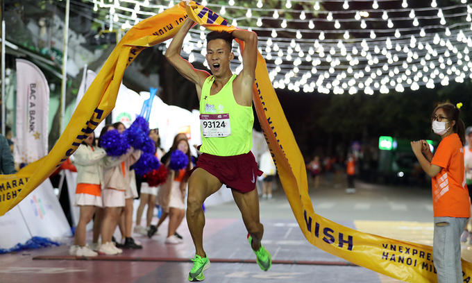 Runner Trinh Quoc Luong becomes the winner of the full marathon course.
