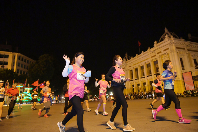 Runners pass by the iconic Opera House.
