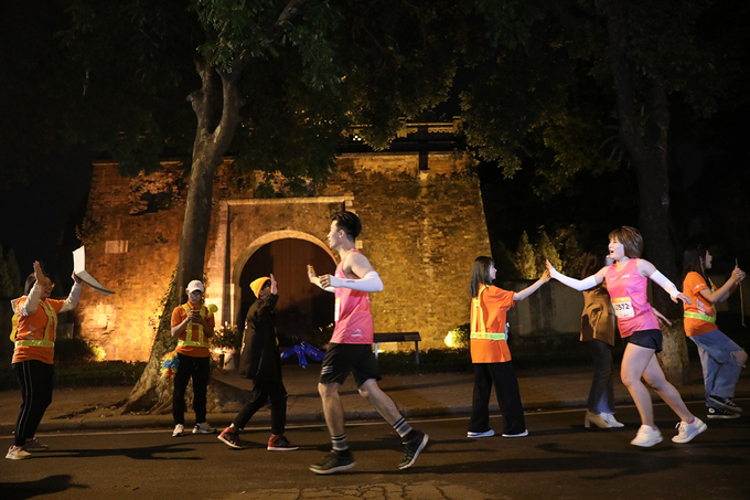 Bac Mon (North Gate) of the Hanoi Imperial Citadel witnesses the sleepless runners.