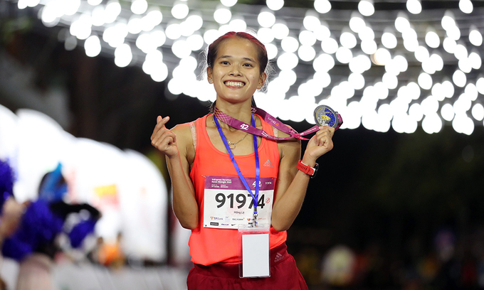 Pham Thi Hong Le, a familiar face in the runner community, is the first female athlete to reach the 42-km courses finish line.