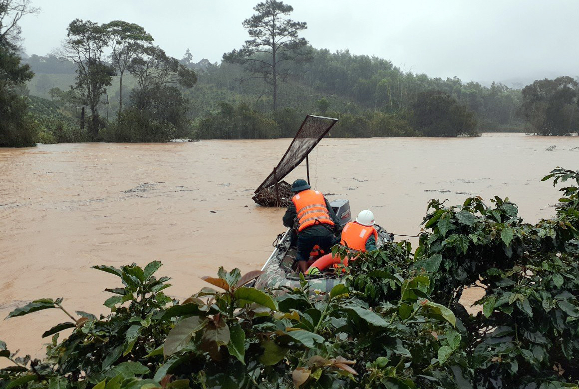 The rescue team finds missing tourists amid pouring rain on the afternoon of November 29, 2020. Photo by VnEpress/Khanh Huong.